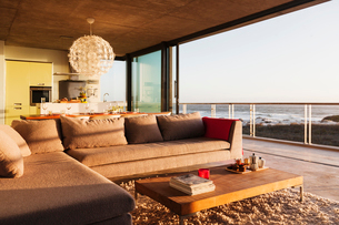 Sofa and coffee table in modern living room overlooking oceanの写真素材 [FYI02158031]