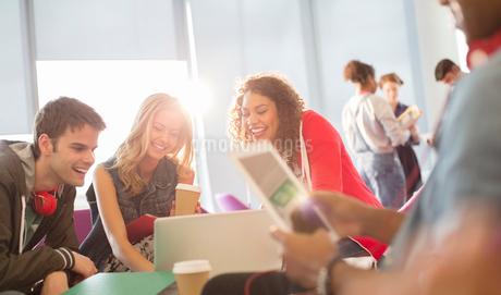 University students in loungeの写真素材 [FYI02158052]