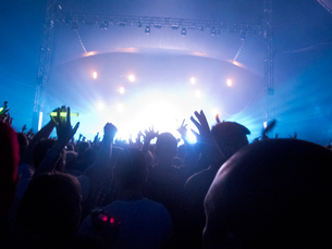 Silhouette of crowd facing stage at music festivalの写真素材 [FYI02158081]