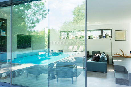 Reflection on glass window of modern houseの写真素材 [FYI02158092]