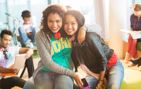 University students smiling together in loungeの写真素材 [FYI02158188]
