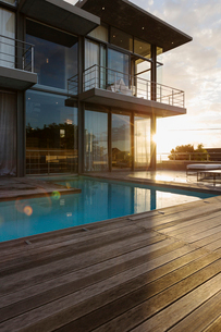 Sun behind luxury house with swimming poolの写真素材 [FYI02158190]