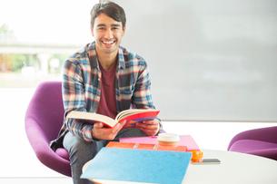 University student reading in loungeの写真素材 [FYI02158204]
