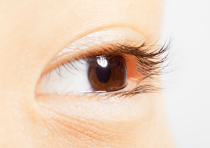 Extreme close up of brown eyeの写真素材 [FYI02158211]