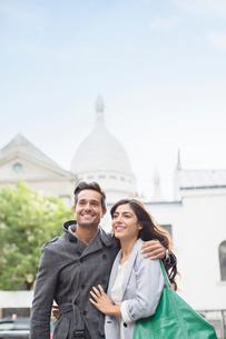 Couple walking together near Sacre Coeur Basilica, Paris, Franceの写真素材 [FYI02158288]