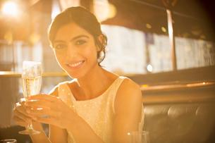 Woman having champagne in restaurantの写真素材 [FYI02158339]
