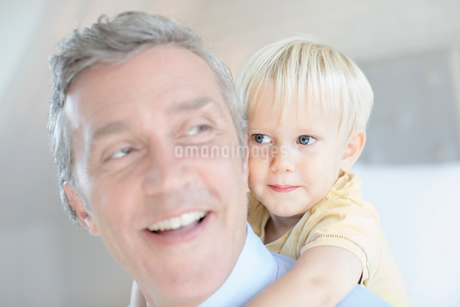 Father carrying toddler son piggybackの写真素材 [FYI02158346]
