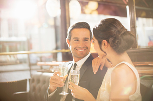 Couple drinking champagne in restaurantの写真素材 [FYI02158356]