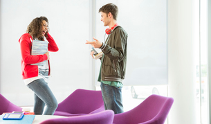 University students talking in loungeの写真素材 [FYI02158368]