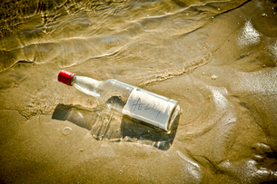 Bottle washed up on sandy beachの写真素材 [FYI02158372]