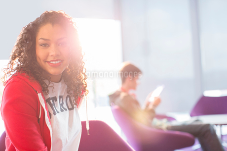 University student smiling in loungeの写真素材 [FYI02158385]