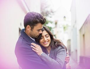 Couple hugging outdoorsの写真素材 [FYI02158415]