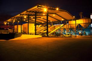 Illuminated granary at nightの写真素材 [FYI02158422]