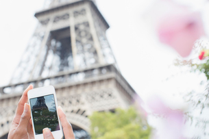 Woman photographing Eiffel Tower with camera phone, Paris, Franceの写真素材 [FYI02158434]