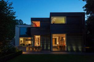 Modern house illuminated at duskの写真素材 [FYI02158504]