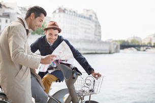 Men looking at map along Seine River, Paris, Franceの写真素材 [FYI02158520]