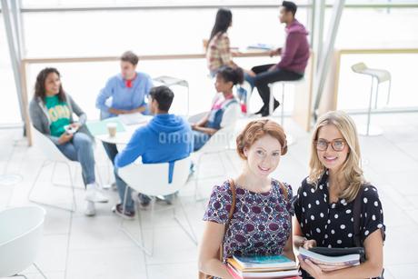 University students smiling in loungeの写真素材 [FYI02158583]