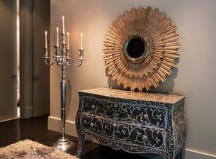 Elegant dresser, mirror and candelabra in luxury bedroomの写真素材 [FYI02158588]