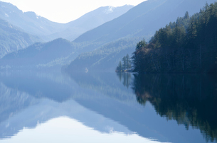Mountains reflected in calm lakeの写真素材 [FYI02158593]