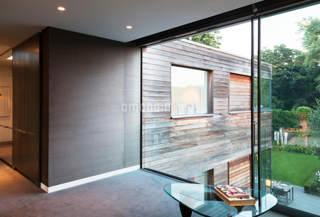 Glass wall of modern houseの写真素材 [FYI02158624]