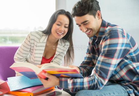 University students reading textbook in loungeの写真素材 [FYI02158685]