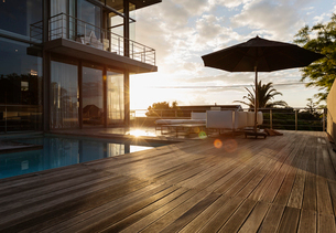 Sun behind luxury house with swimming poolの写真素材 [FYI02158744]