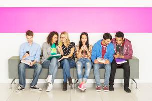 University students sitting on benchの写真素材 [FYI02158815]