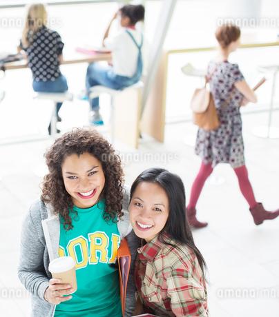 University students smiling in loungeの写真素材 [FYI02158838]