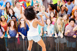 Fans watching performer sing at music festivalの写真素材 [FYI02158907]
