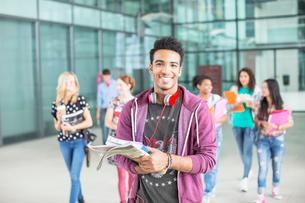 Smiling university student carrying booksの写真素材 [FYI02158939]