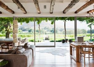Open floor plan in luxury house overlooking vineyardの写真素材 [FYI02158972]