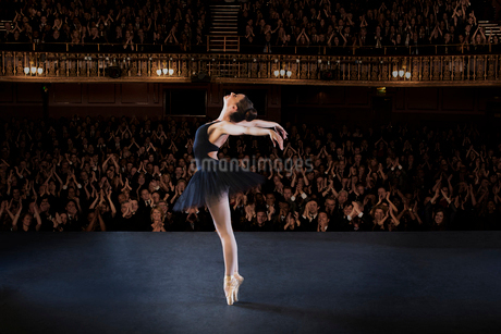 Ballerina performing on stage in theaterの写真素材 [FYI02158973]