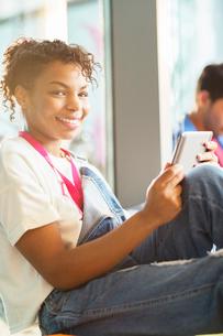 University student using digital tabletの写真素材 [FYI02158989]