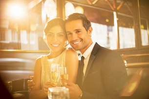 Couple toasting champagne flutes in restaurantの写真素材 [FYI02159117]