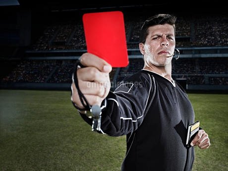 Referee flashing red card on soccer fieldの写真素材 [FYI02159125]