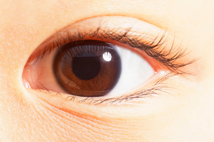 Extreme close up of brown eyeの写真素材 [FYI02159223]