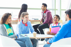 University students talking in loungeの写真素材 [FYI02159245]