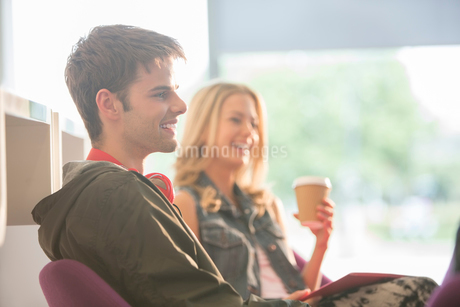 University students laughing in loungeの写真素材 [FYI02159246]