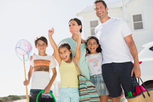 Enthusiastic family with beach gearの写真素材 [FYI02159263]