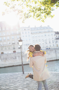 Couple hugging along Seine River, Paris, Franceの写真素材 [FYI02159292]