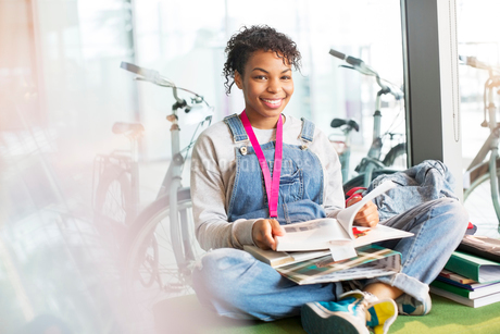 University student reading in loungeの写真素材 [FYI02159294]
