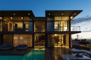 Luxury house with swimming pool illuminated at nightの写真素材 [FYI02159355]
