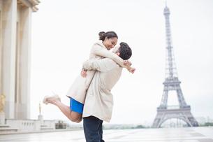 Couple hugging near Eiffel Tower, Paris, Franceの写真素材 [FYI02159376]