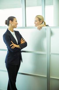 Businesswomen talking in officeの写真素材 [FYI02159466]
