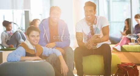 University students smiling in loungeの写真素材 [FYI02159473]