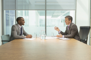 Businessmen talking in meetingの写真素材 [FYI02159482]