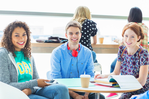 University students smiling in loungeの写真素材 [FYI02159517]
