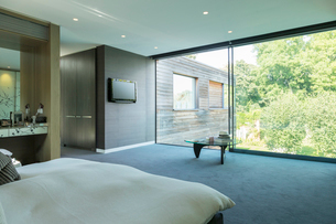 Glass wall of bedroom in modern houseの写真素材 [FYI02159535]