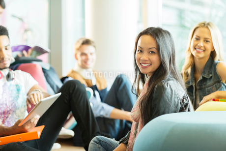 University students smiling in loungeの写真素材 [FYI02159536]