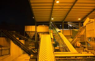 Illuminated granary at nightの写真素材 [FYI02159711]